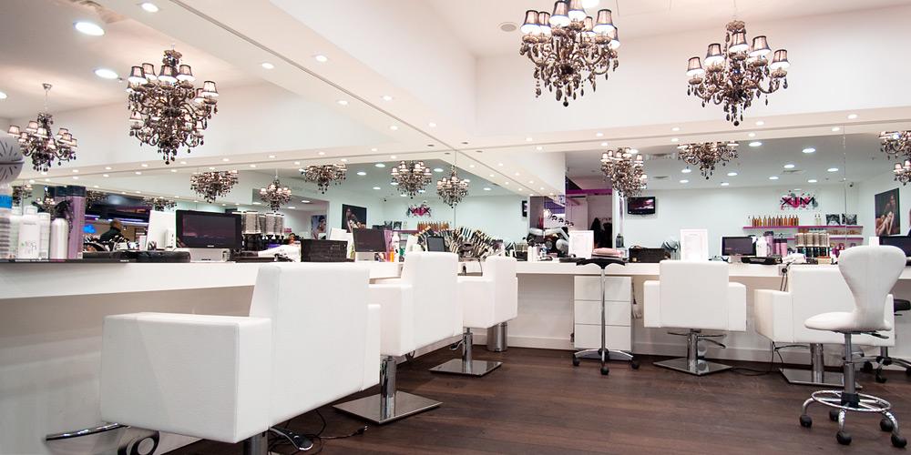 A la d couverte du premier concept store de beaut globale for Salon de coiffure vannes